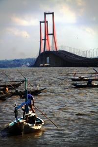 nelayan suramadu di pagi hari