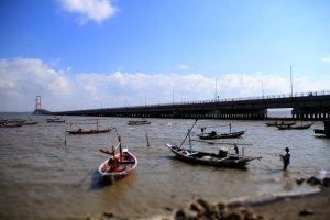 nelayan dan jembatan suramadu
